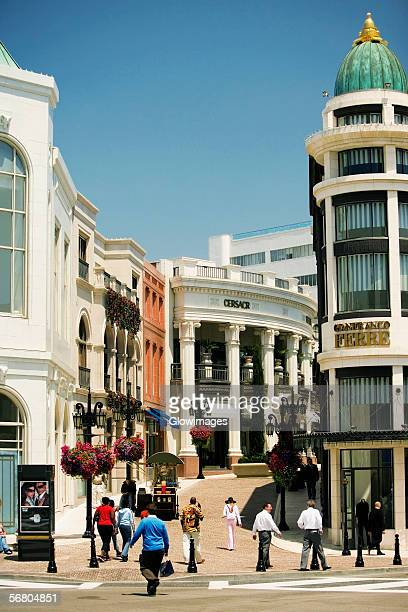 group of people walking on a street, rodeo drive, los angeles, california, usa - beverly hills california stock pictures, royalty-free photos & images