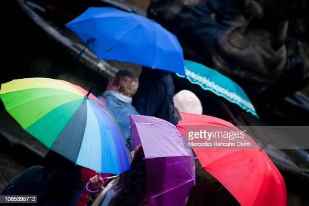 grupo de personas caminando con paraguas abiertos en un día lluvioso. - santiago de compostela fotografías e imágenes de stock