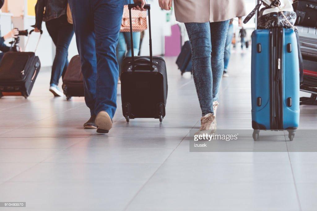 97f434a96 Grupo de personas caminando con la maleta en la terminal del aeropuerto :  Foto de stock