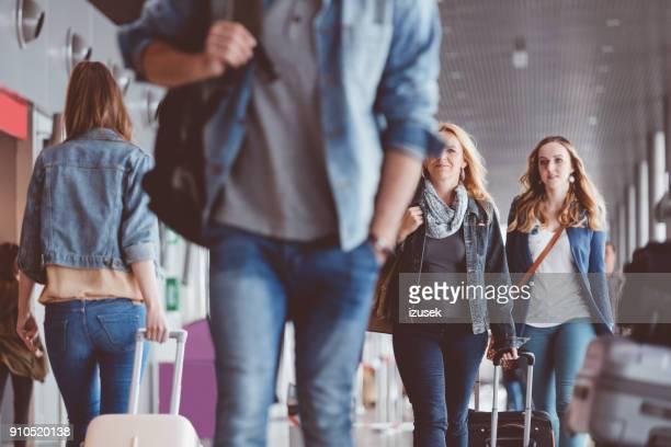 gruppo di persone che camminano con la valigia al terminal dell'aeroporto - izusek foto e immagini stock