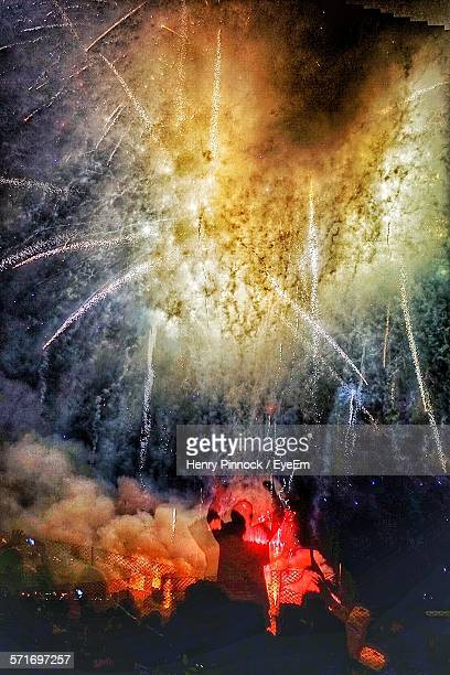 group of people watching fireworks display - membro - fotografias e filmes do acervo