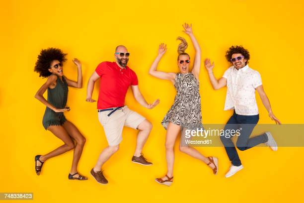 group of people wearing sunglasses, dancing happily - joie photos et images de collection