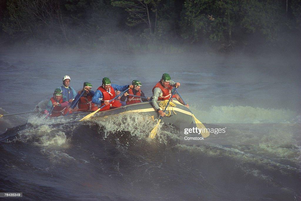 Group of people white water rafting : Stockfoto