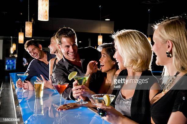 Gruppe von Personen mit drinks im Nachtclub und bar