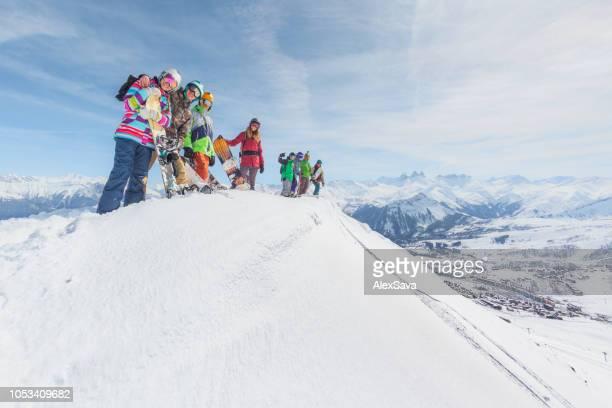 groep mensen met de ski- en snowboard versnelling op de berg - teamevenement stockfoto's en -beelden