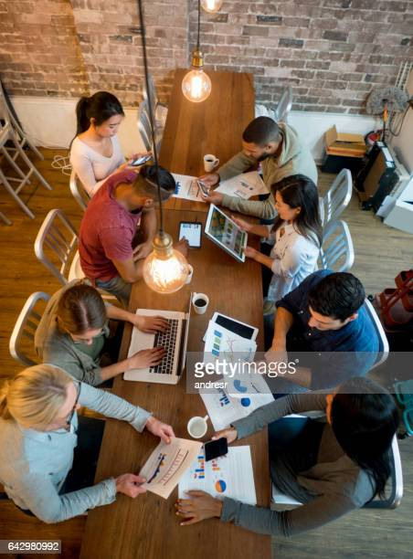 Gruppe von Menschen, die online arbeiten im Büro