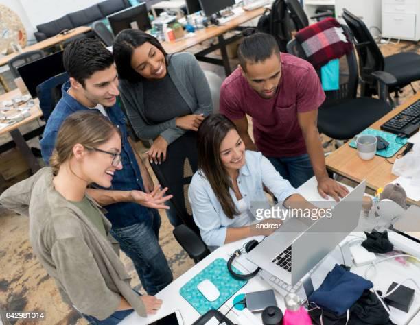Groupe de personnes qui travaillent ensemble au bureau