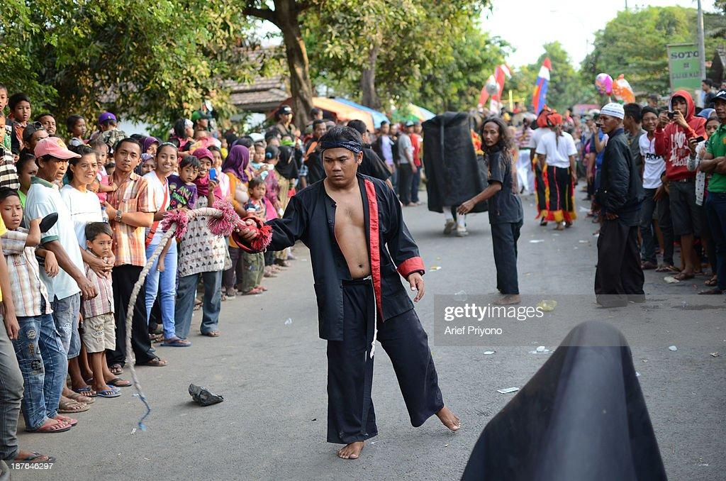 Bantengan Traditional Dance in Indonesia : News Photo
