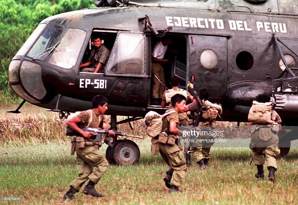 A group of Peruvian soldiers evacuate by helicopte : News Photo