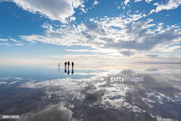 塩の湖に夕日楽しんで写真家のグループ