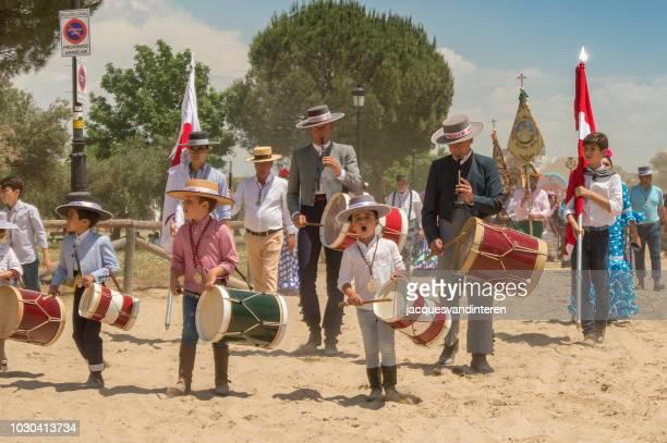 grupo de peregrinos que llegan a el rocio, españa, durante la romería del rocío. - peregrino fotografías e imágenes de stock