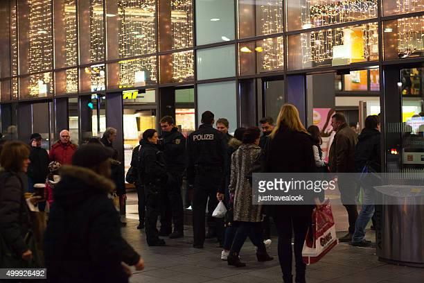 Gruppe von Polizisten und Polizistin am Hauptbahnhof Essen