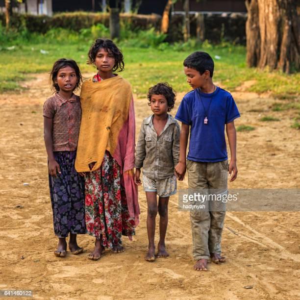 Groupe d'enfants indiens pauvres