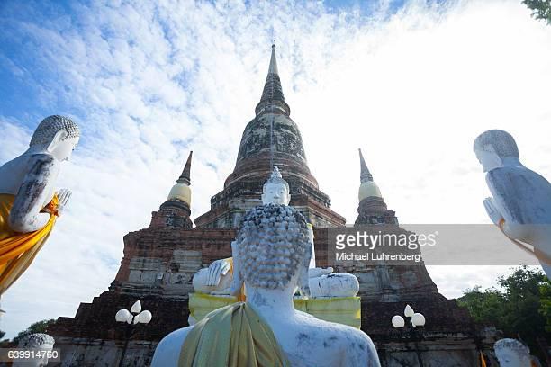 Group of praying buddhas
