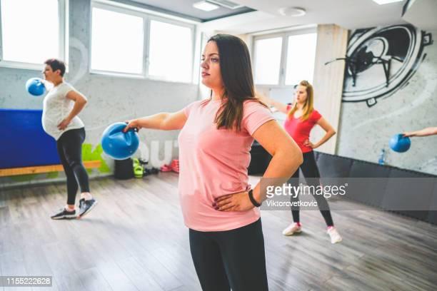 gruppe von schwangeren ausbildung - geburtsvorbereitung stock-fotos und bilder