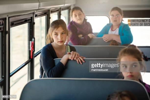 Gruppe von preteen Mädchen sitzen auf den Schulbus.