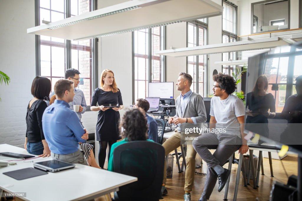 Gruppe von Fachleuten diskutiert neuen Businessplan : Stock-Foto