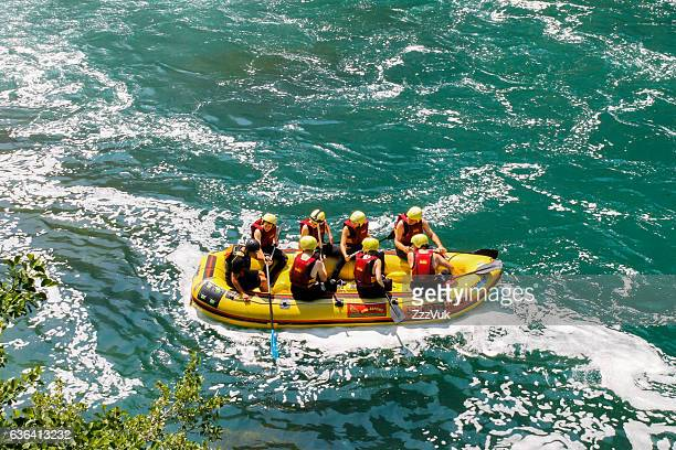 group of rafters enjoying in nature - rafting - fotografias e filmes do acervo