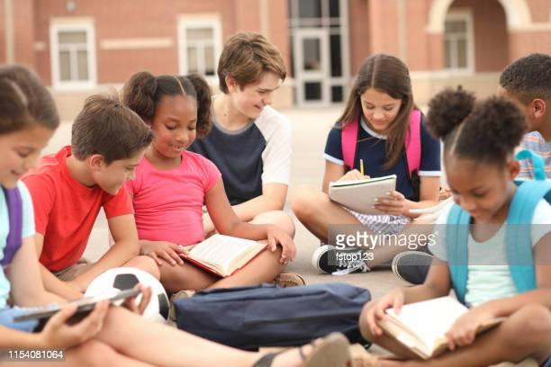 group of school children, friends studying together on campus. - aluna da escola secundária imagens e fotografias de stock
