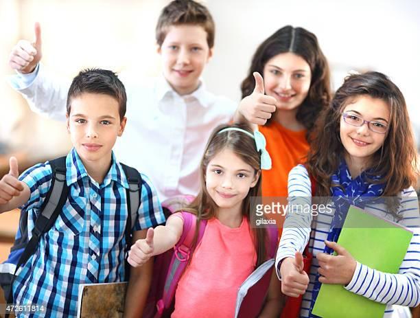 scuola gruppo di bambini con pollice in alto. - gilaxia foto e immagini stock