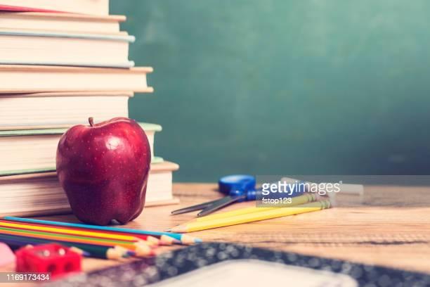 黒板付きの木製の机の上の学用品のグループ。 - 九月 ストックフォトと画像