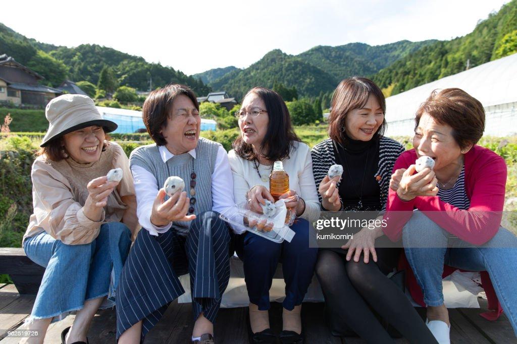 お菓子を食べて日本のシニアの女性のグループ : ストックフォト