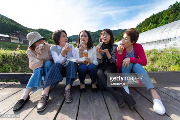 お菓子を食べて日本のシニアの女性のグループ - 大福餅 ストックフォトと画像