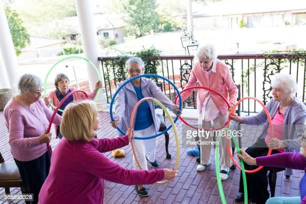 Groep van senior vrouw een fitness klasse in de open lucht