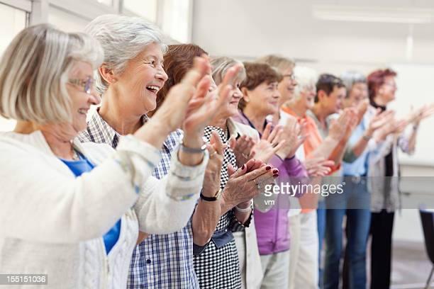 年配の女性グループの拍手喝采