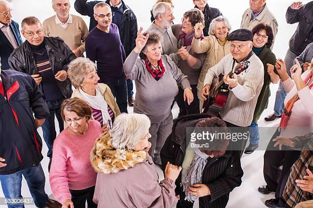 Gruppo di anziani ballare.