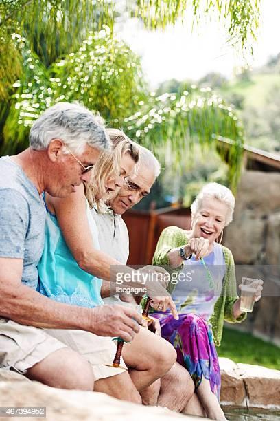 Grupo de jubilados haciendo bublbles en el jacuzzi