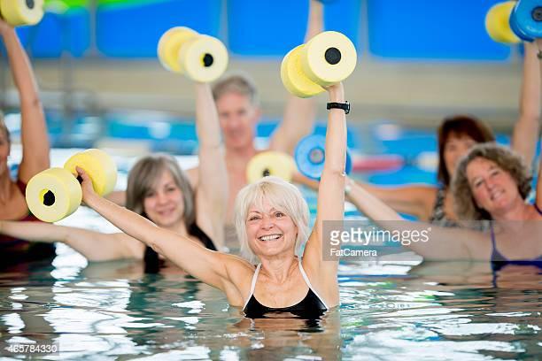 Groupe de personnes âgées faisant gymnastique aquatique