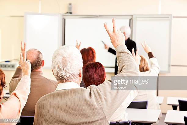 Groupe de personnes âgées sur un séminaire d'affaires
