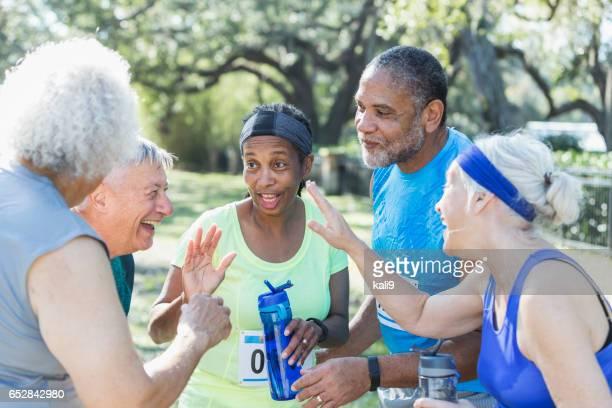 Grupo de personas mayores hablando de final de carrera, de cinco años alta
