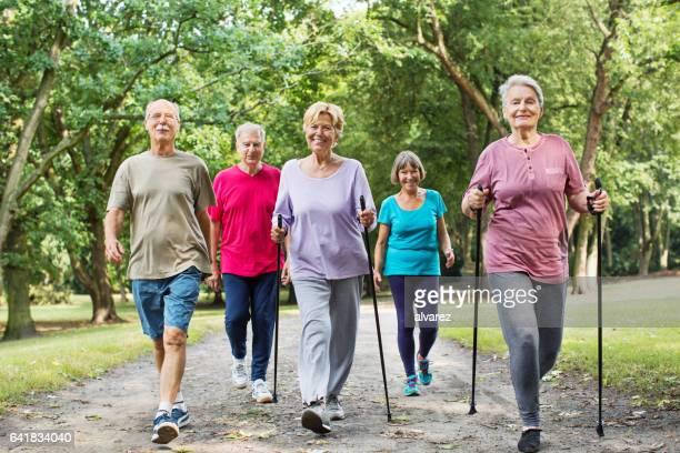 Grupo de la tercera edad caminando en el Parque