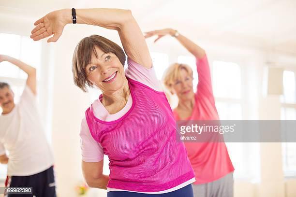 Groupe de senios dans le studio de yoga