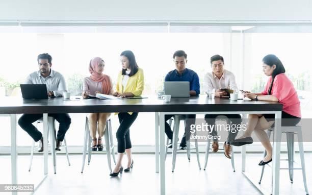 ノート パソコンを訴えている、働いている六つのビジネス人々 のグループ - さまざまな年齢層 ストックフォトと画像