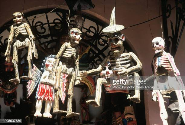 group of skeletons hanging outside a house in the street on the dia de muertos (day of the dead) national holiday in taxco - victor ovies fotografías e imágenes de stock