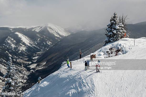 a group of skiers and snowboarders on the top of a trail. - コロラド州 アスペン ストックフォトと画像