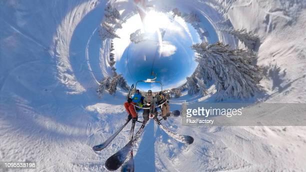 Gruppe von Skifahrern Spaß auf einer Seilbahn