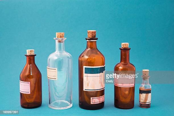 Gruppo di piccoli vintage trasparente bottiglie di medicina.