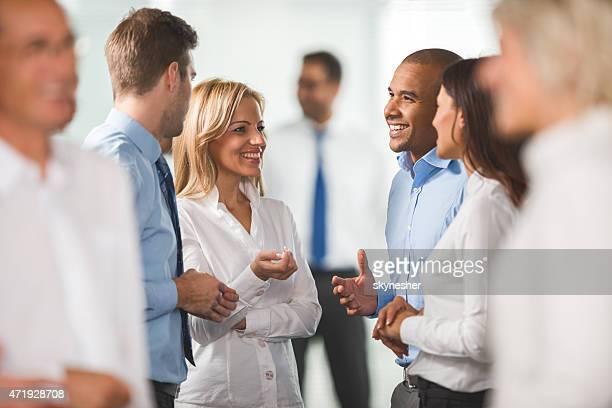 Grupo de personas de negocios de pie sonriente y comunicación.