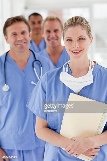 Groupe de souriant professionnels de la santé.