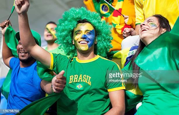 gruppo di tifosi di calcio brasiliano guardare una partita. - evento di calcio internazionale foto e immagini stock