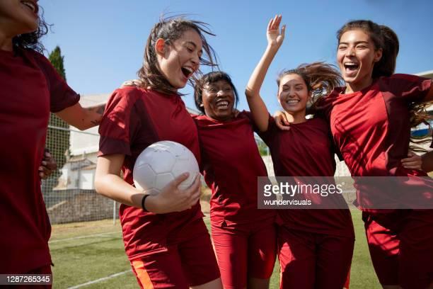 groep voetballers die in cirkel samenzaten - voetbal teamsport stockfoto's en -beelden