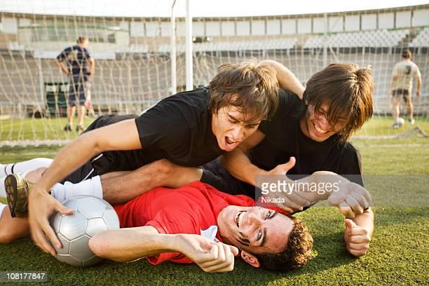 Feliz grupo de fútbol desempeña