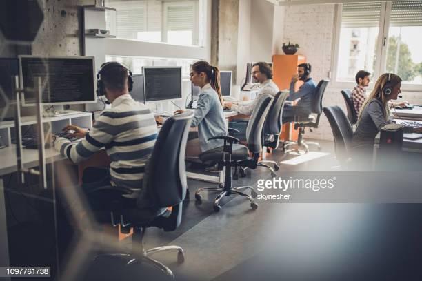 groupe de développeurs de logiciel travaillant sur pc dans le bureau. - métier du design photos et images de collection