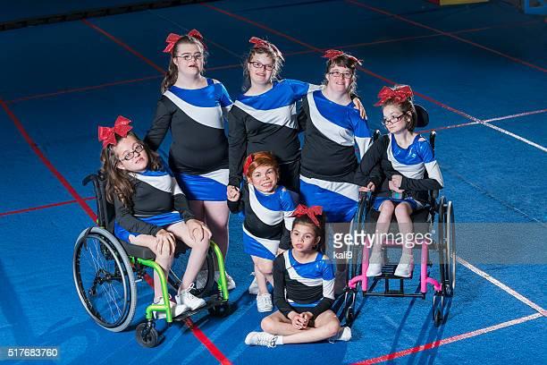Grupo de necesidades especiales de las niñas en el equipo Cheerleading