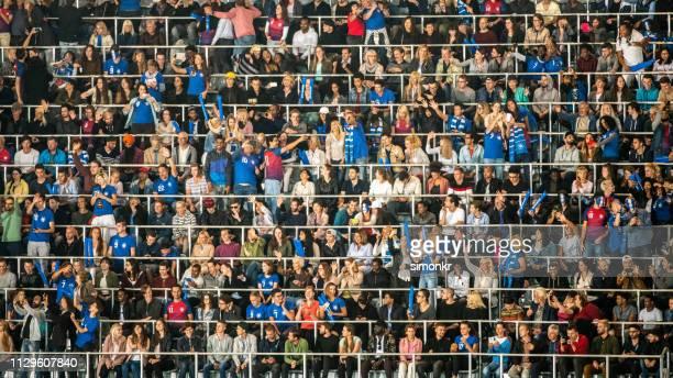 スタジアムで応援する観客のグループ - 競技試合 ストックフォトと画像