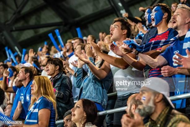 grupo de espectadores que cheering no estádio - rodada da competição - fotografias e filmes do acervo